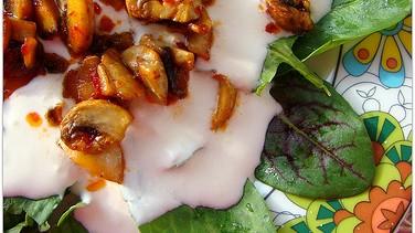 Mantarlı kuzukulağı salatası
